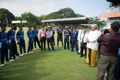 Under 19: Arjuna Ranatunga presents official cap to SL squad