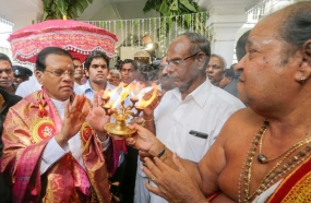 President makes offerings to  Manikka Gana Devi Kovil Vail procession