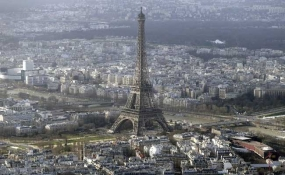 Eiffel Tower shut as staff walk out over pickpockets