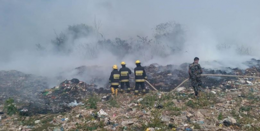 Navy renders assistance to douse fire erupted at Ambalanmulla area in Seeduwa