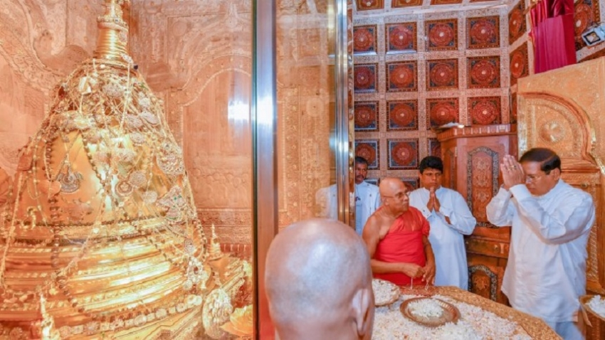 President pays homage to the Sacred Tooth Relic and secure blessings for the New Year