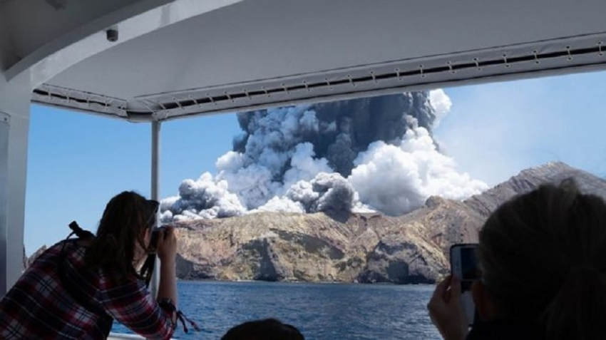 White Island volcano: NZ police to recover bodies despite danger