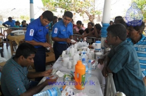 Navy conducts a Field Health Clinic in Baththalangunduwa Island