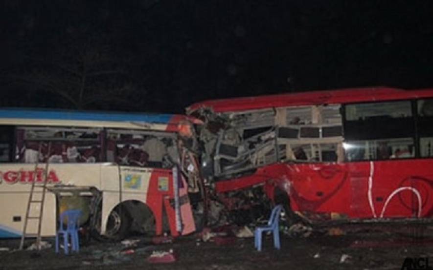 Two buses plying on Jaffna-Kandy road collides