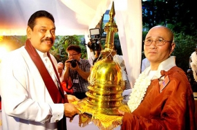 President hands over Buddhist relics to temples in US and Korea