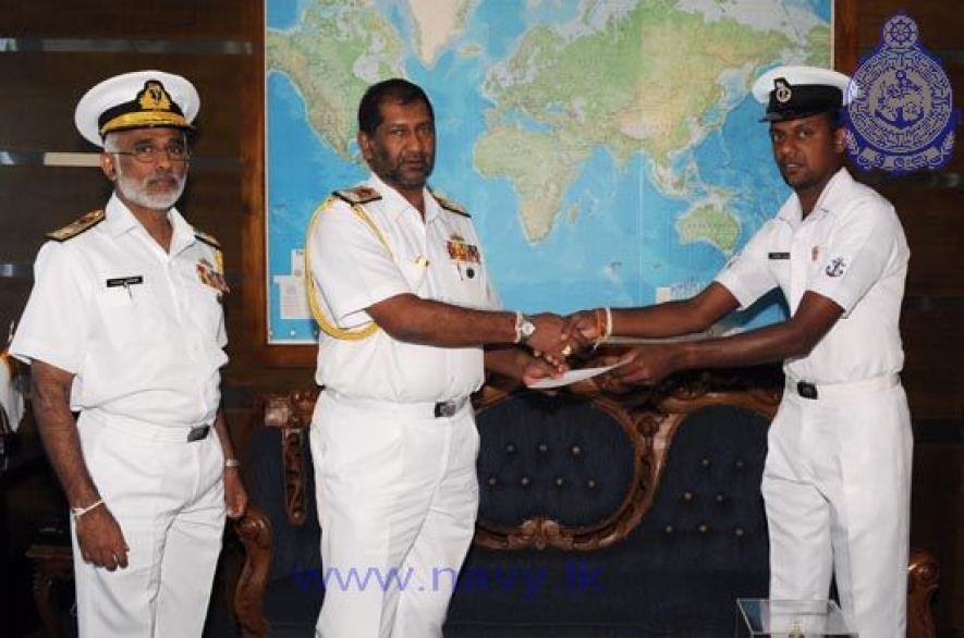 Navy Commander commends Leading Seaman Bandara for his professional assistance to set Guinness Record