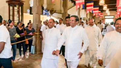 President worships Temple of the Sacred Tooth Relic