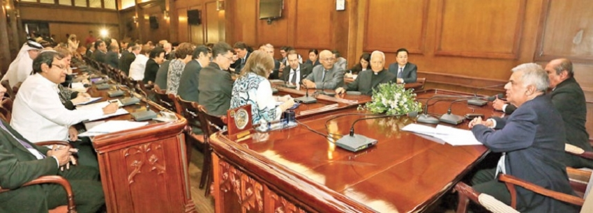PM meets with foreign diplomats