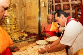 President pay homage to the Sacred Tooth Relic