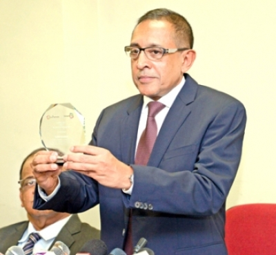 Minister Kabir Hashim receives Global Award