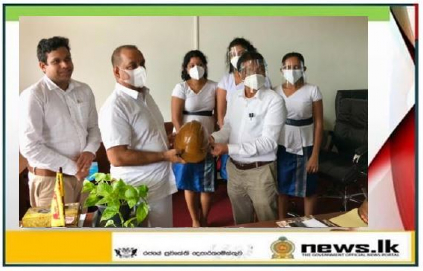 Introduction of an eco-friendly safety helmet to the Minister of Environment